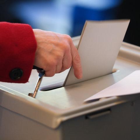 Stimmabgabe in einer Wahlurne