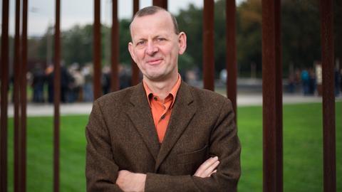 Axel Klausmeier, Direktor der Stiftung Berliner Mauer, steht vor der Gedenkstätte in der Bernauer Straße.