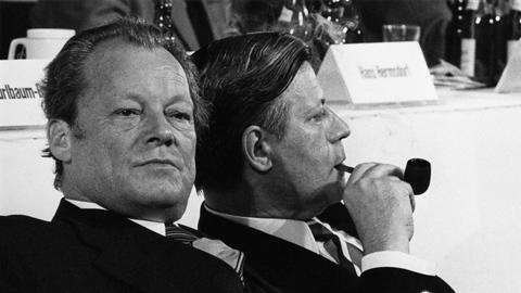 NUR FÜR DOPPELKOPF Willy Brandt und Helmut Schmidt zeigen einander auf dem SPD-Parteitag 1973 die kalte Schulter.