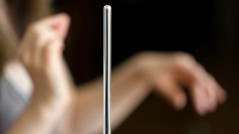 Mit Handbewegungen in der Luft spielt Carolina Eyck Theremin.