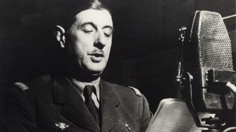 Charles de Gaulle spricht Anfang der 1940er Jahre über Radio London zum französischen Volk.