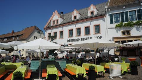 """Der """"Deidesheimer Hof"""" in der historischen Altstadt von Deidesheim in der Pfalz."""