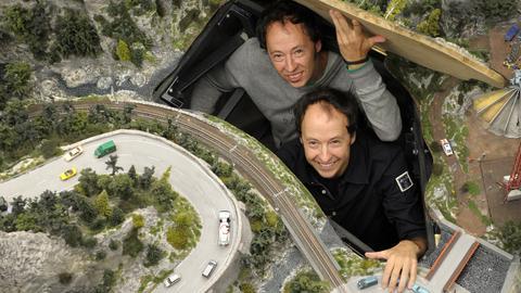 """Die Brüder Frederik (rechts) und Gerrit Braun stehen im """"Miniatur Wunderland""""."""