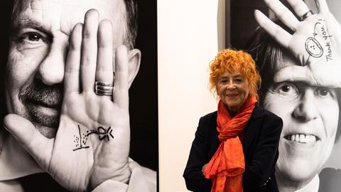 """Herlinde Koelbl steht vor Werken ihrer neuesten Ausstellung """"Faszination Wissenschaft""""."""