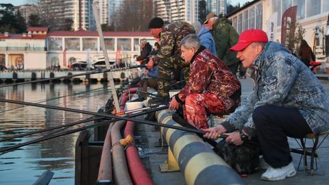 Angler warten in Sotschi an der Schwarzmeerküste auf den Fang.