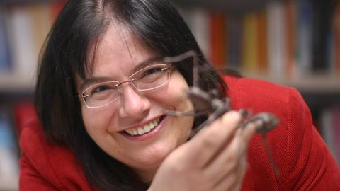 Die Evolutionsbiologin Susanne Foitzik mit einem Ameisenmodell.