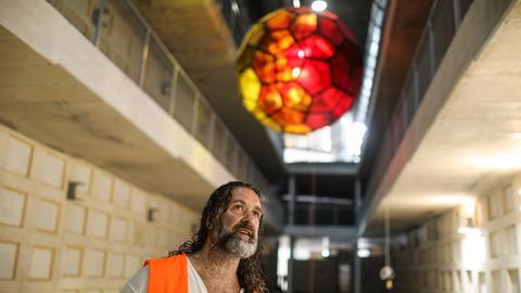 Der deutsche Glaskünstler Yvelle Gabriel