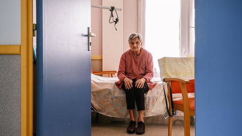 Frau in einem Altersheim