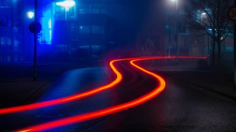 Nächtliche Straße in Langzeitbelichtung
