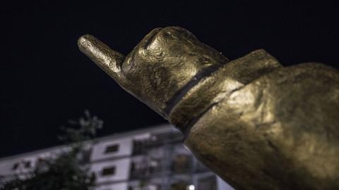 Liegende Erdogan-Statue in Wiesbaden