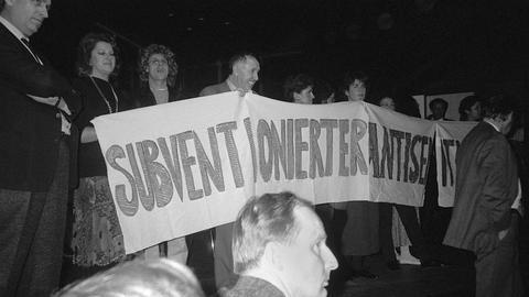 """Demonstranten, unter ihnen Ignatz Bubis, besetzen am 31. Oktober 1985 die Bühne des Frankfurter Kammerspiels und entrollen ein Transparent mit der Aufschrift """"Subventionierter Antisemitismus""""."""