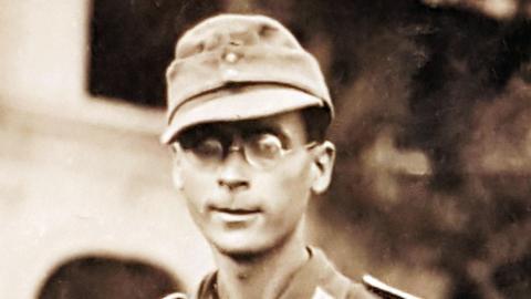 Großaufnahme von Arnold Münster als junger Mann in Uniform mit Nickelbrille