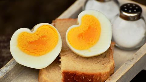 zwei herzförmige Eierhälften auf Toastbrot