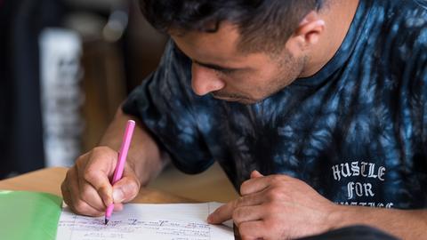 Azizullah, 19, aus Afghanistan im Unterricht