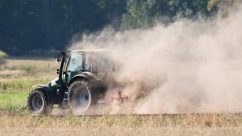 Ein Landwirt pflügt 2018 ein staubtrockenes Feld bei Hannover.