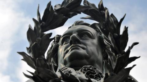 Goethe-Denkmal vor dem Deutschen Nationaltheater in Weimar