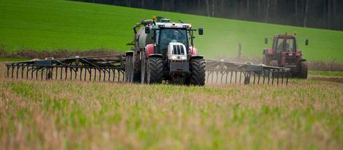 Ein Landwirt bringt Gülle aus.