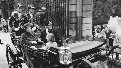 Königin Juliana und Prinz Bernhard auf einer Ausfahrt 1957