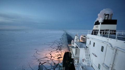 Ein Schiff bahnt sich seinen Weg durch die Nordostpassage.