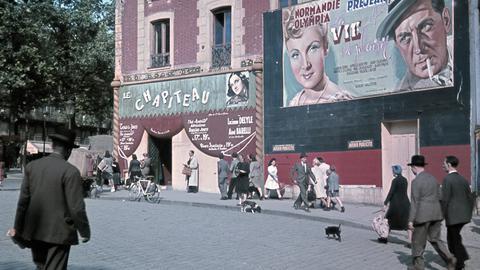 Straßenszene im Paris der 50er Jahre