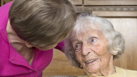 Eine polnische Krankenschwester pflegt eine Neunzigjährige.