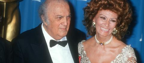 Federico Fellini mit Sophia Loren bei der Oscarverleihung 1993