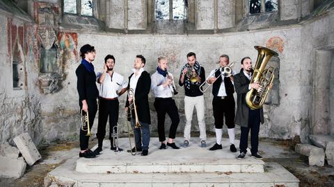 Federspiel: die sieben Musiker der Gruppe