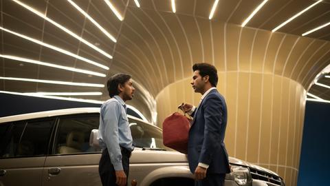 """Adarsh Gourav (Balram, l) und Rajkummar Rao (Ashok) in einer Szene des Films """"Der weiße Tiger"""""""
