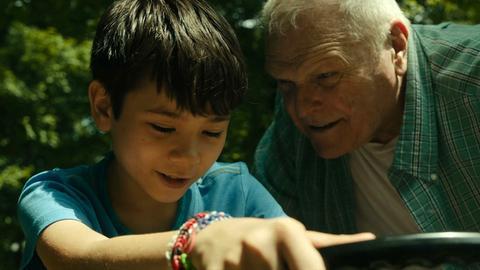 """Szene aus dem Film """"Driveways"""" mit Lucas Jaye und Brian Dennehy"""