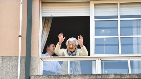 Spanien, Pontevedra: Lulu Vazquez winkt aus dem Fenster ihres Hauses in Pontevedra. Die 1910 geborene Seniorin aus Pontevedra in Galicien feierte am Wochenende ihren 110. Geburtstag.