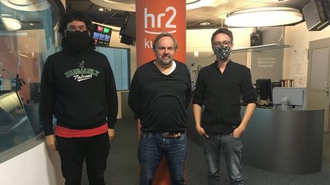 """Nach dem Live-Interview im """"Musikland Hessen"""": Frederich Helbig, hr2-Moderator Alf Haubitz, Fabian Habicht (v.l.n.r.)"""