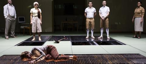 """Szene aus """"Und es schmilzt"""" am Schauspiel Frankfurt"""