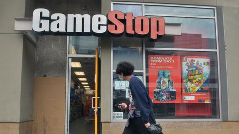 Passant vor einem GameStop/LAden in Los Angeles