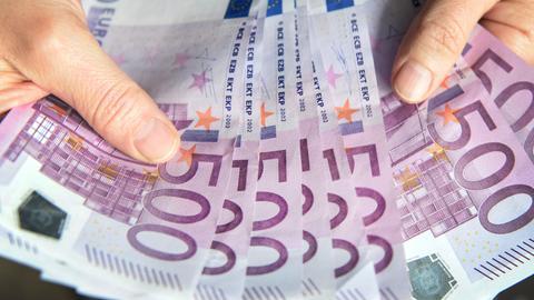 Frau mit 500-Euro-Scheinen