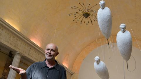 Georg Nussbaumer in einer seiner Installationen neben Drohnen mit Gipsköpfen, die Richard Wagner zeigen.
