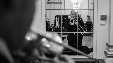 Hat schon einst unter Peter Herbolzheimer im Bundes(Jugend)JazzOrchester gespielt: Der Posaunist Günter Bollmann spielt manchmal für zwei, wie auch das neckische Bild seines Band-Kollege Oli Leicht unterstellt