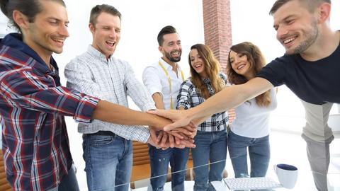 Junge Leute geben sich die Hand