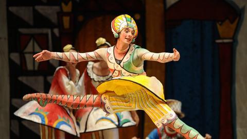 Alexander Taranow tanzt als Harlekin am Neuen Operntheater, Perm.