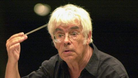 Helmuth Rilling dirigiert, Archivbild aus dem Jahr 2000