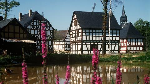 Blick auf den Dorfteich und alte Fachwerkbauten im Hessenpark in Neu-Anspach im Taunus