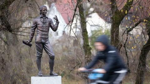 Eine Skulptur des Künstlers Waldemar Schröder, die Friedrich Hölderlin darstellt, steht auf einem Sockel.