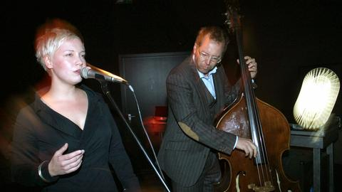 Hanns Hoehn, hier mit Sängerin Katharina Debus (Duo FrauContraBass)