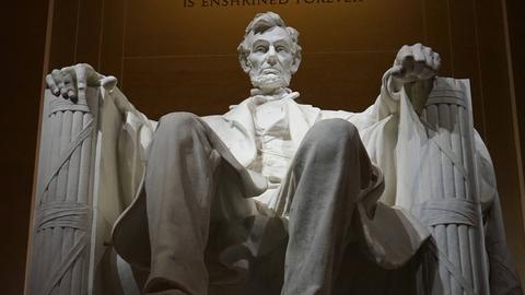 Die Statue von Abraham Lincoln im Lincoln Memorial Monument wurde von Daniel Chester French geschaffen.