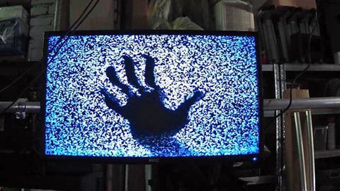 Blaue Hand auf einem Bildschirm