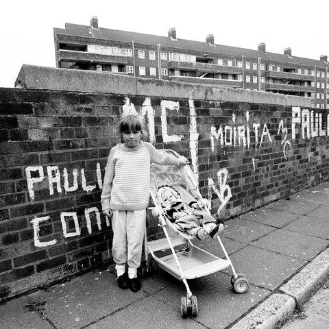 Ein Mädchen mit seiner kleinen Schwester in Vauxhall Gardens , einem Stadtteil von Liverpool, 1988.