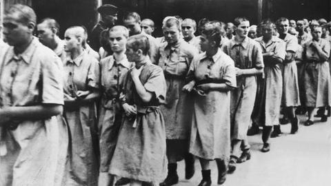 Weibliche Häftlinge des Konzentrationslagers Auschwitz werden zum Arbeitseinsatz im Reichsgebiet abtransportiert (undatiertes Archivbild).