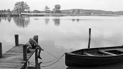 zwei Jungen an einem See