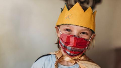 Junge mit Krone