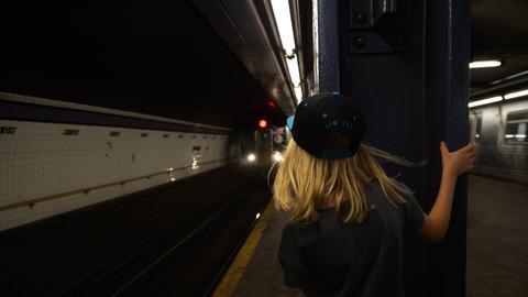 Kind Bahnsteig