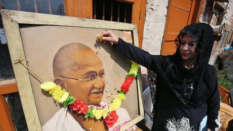 Porträt von Mahatma Ghandi auf einem Plakat, als Tribut zum 146. Geburtstag im Jahr 2015